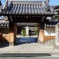 お寺の門と東海道と中山道の分岐点の道標