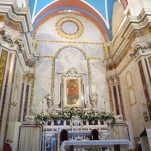 L'altare con il quadro della Madonna