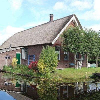 Streekmuseum Reeuwijk is gevestigd in een voormalige boerderij. Het gebouw, dat dateert uit 1907