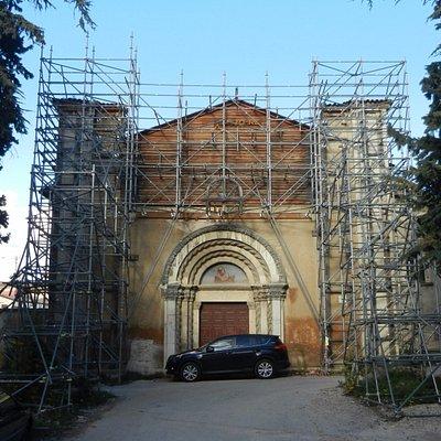 Chiesa sobria con tetto a capriate