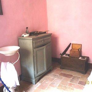 La cameretta singola - lavabo e cassettoncino