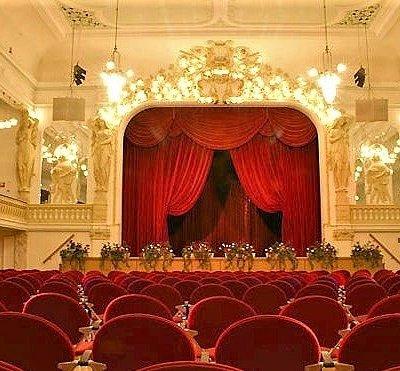 Der Terassensaal von innen mit Bühne