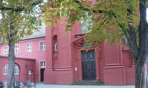 le couvent situé a l'arrière du musée