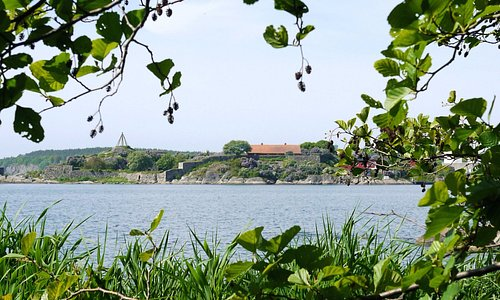 Vy mot Karlshamns hamninlopp från Strandpromenaden.