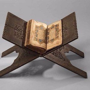 Список старинного Корана и подставка под Коран, выполненные в средневековой Индии