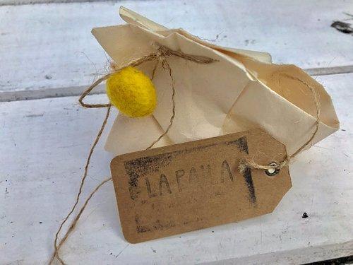Cuidado y creativo envoltorio para un regalo comprado en La Paila