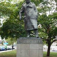 Памятник несомненно великому человеку