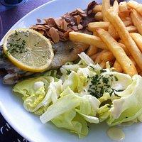 Truite aux amandes, accompagnée de frites et de salade !