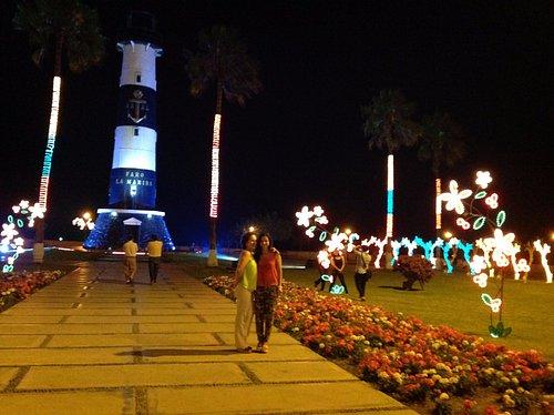 Foto nocturna tomada en diciembre aprovechando una exposición de arreglos luminosos