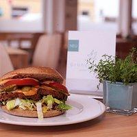 Ab 14.00 Uhr gibt es im Grünschnabel immer leckere vegane Burger. Ein Muss!