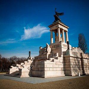 Magyarország legnagyobb temetkezési építménye, a Kossuth-mauzóleum.