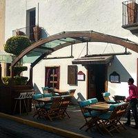 Hemos dado calidez a nuestra terraza al incorporar elementos de color azul y nuestra cortinas.