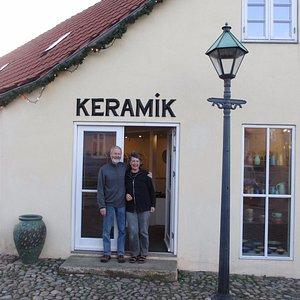 Lars Nygaard og Ingeborg Stæhr foran deres butik i Ebeltoft.