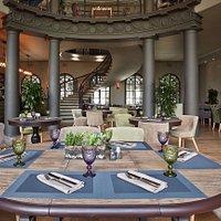 Первый уровень ресторана с величественной коллонадой