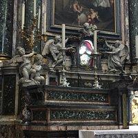 Altare e suggestiva reliquia del teschio di S Luigi Gonzaga