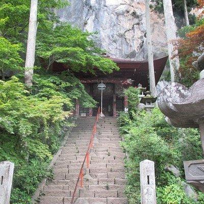 錬乳洞入口のお寺。大きな岩に張り付くように建てられてます。