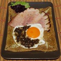"""Galettes: """"Mey"""" prosciutto cotto alla brace, formaggio d'alpeggio uovo e tartufo nero."""