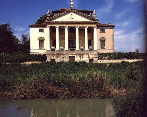 il fronte principale della villa su canale Battaglia