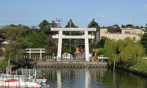 川から見た一の鳥居、両側の鳥居が忍潮井(おしおい)の二つの井戸