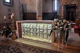 La pregevole ed originale opera è collocata sul fronte dell'altere maggiore
