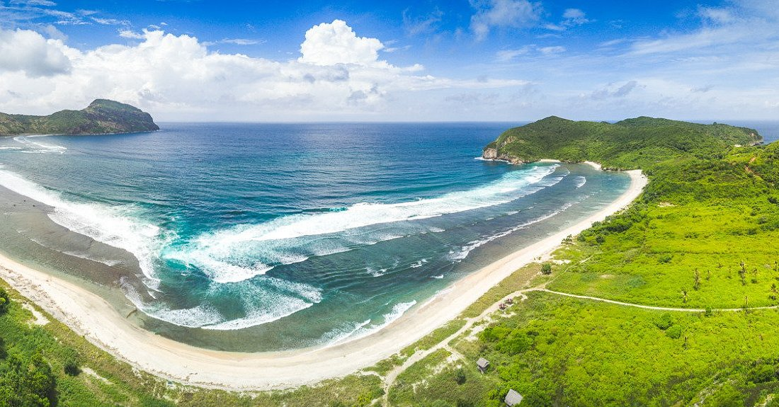 Welcome to yoyos Sumbawa, world class waves! In the right corner The Unique: Lawar Bay!