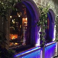 Imagen de fachada por la noche