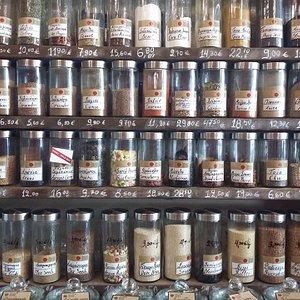 Le spezie diligentemente incasellate sugli scaffali del bazar di spezie Aroma