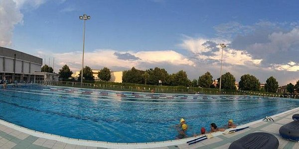 foto piscina olimpica esterna e relativo giardino