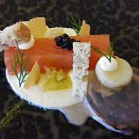 Gerookt zalmhaasje met oester, venkel en gekonfijte aardappelen.