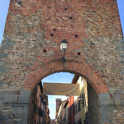 Porta Nuova, uno degli ingressi/uscita del Borgo