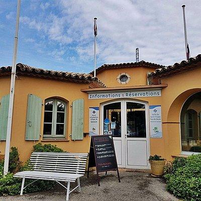 L'agence de promotion Golfe de Saint-Tropez Tourisme est située à côté de l'entrée de l'Azur Par