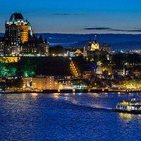 La traverse Québec-Lévis et la ville de Québec illuminée la nuit
