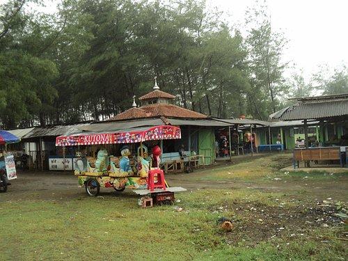 Kereta 'odhong-odhong' melayani pengunjung di Pantai Cemara Sewu