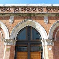 facciata ed ingresso della Pescheria Nuova di Rovigo
