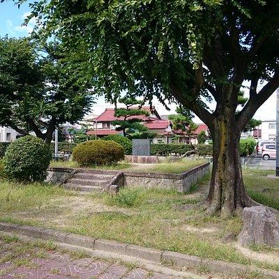 公園の一角にある城址碑