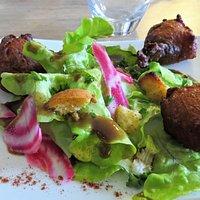 Acras de poisson accompagné de salade