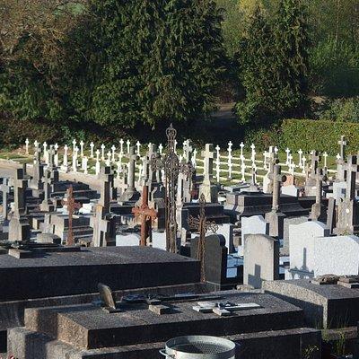 Vista. Al fondo tumbas de soldados