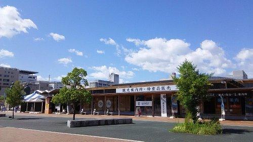 高知駅 南口に位置する「高知観光情報発信館とさてらす」の外観。