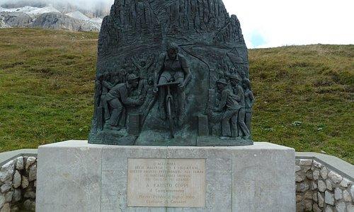 Monumento a Fausto Coppi nära Canazei