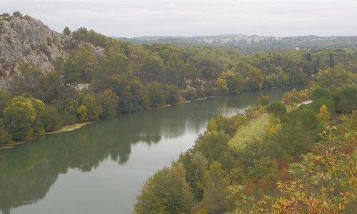 Le Vidourle,la garrigue et le village d'Aubais.