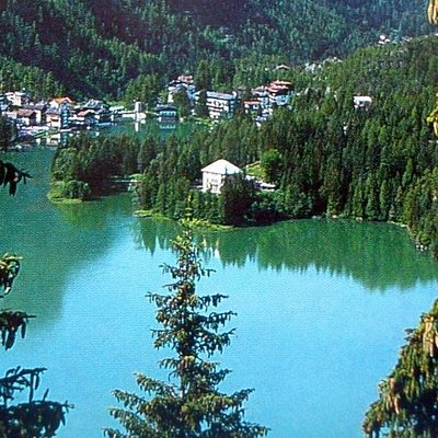 La villa (al centro) sul Lago di Alleghe