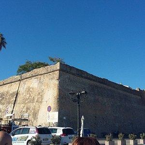 vista con torre sulla sinistra delle mura.