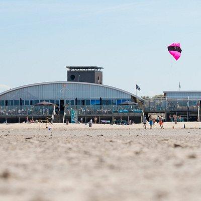 Onze Beachclub gevestigd aan het Noordzeestrand (Brouwersdam)