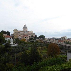 La carreggiabile verso Monte Carmelo e orti e frutteti sottostanti