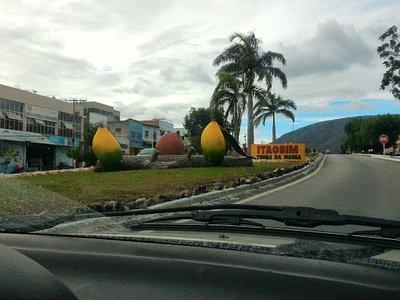 Foto na entrada de Itaobim cidade da MANGA