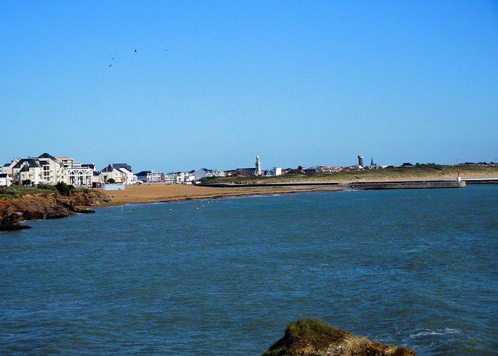 la plage située à l'entrée du port
