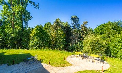 Garden view of the Guest House Espaces d'Or. Vue du jardin de la maison d'hôtes Espaces d'Or.