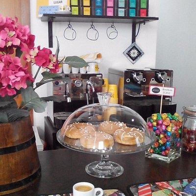 Loja onde encontra representadas coleções de artistas locais, podem também tomar um café Nicola