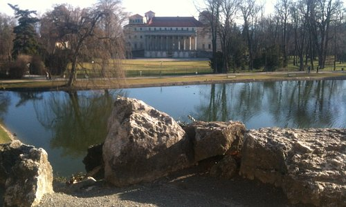 Blick vom Leopoldinentempel zum Schloss Esterhazy im Winter