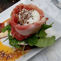Brusqueta de Jamno Crudo con Huevo mas Brie